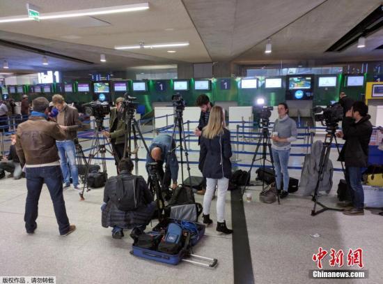 据外媒报道,埃及航空公司一架从巴黎飞往开罗的飞机当地时间5月19日凌晨在雷达上消失,机上载有66人。客机是在距离埃及领空还有80英里的空中失联的。据悉,该客机为埃及航空公司MS804,机型为空客A320。图为大批媒体记者云集巴黎戴高尔国际机场埃航柜台前。
