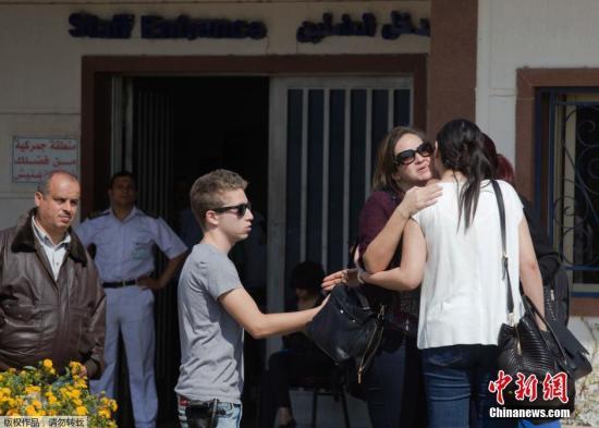 埃航MS804乘客家属抵达位于开罗国际机场的埃及航空公司服务中心。