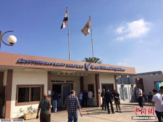 据外媒报道,埃及航空公司一架从巴黎飞往开罗的飞机当地时间5月19日凌晨在雷达上消失,机上载有66人。客机是在距离埃及领空还有80英里的空中失联的。据悉,该客机为埃及航空公司MS804,机型为空客A320。图为媒体记者和MS804乘客家属抵达位于开罗国际机场的埃及航空公司服务中心。