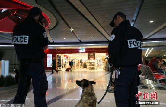 当地时间2016年5月19日,法国巴黎,埃及航空客机失联后,戴高乐机场加强安保工作,士兵和警察加强巡逻维护机场秩序。