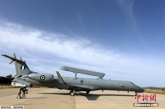 当地时间5月20日,位于希腊克里特岛的希腊空军基地,一台EMB-145H雷达预警机投入到搜索失联客机的行动中。