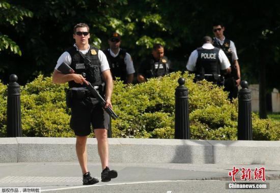 当地时间5月20日,美国华盛顿,特勤人员在艾森豪威尔行政大楼附近警戒。美国负责白宫安保的特勤局官员说,当地时间20日下午,一名男子挥舞枪支走近白宫外围一个检查站,被白宫特工开枪打伤。白宫在关闭近一个小时后重新开放。