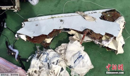 当地时间5月21日埃及军方提供的打捞到的埃航失联客机残骸照片。埃及军方20日上午宣布,搜救团队在埃及亚历山大港以北290公里处发现埃航失联客机残骸。