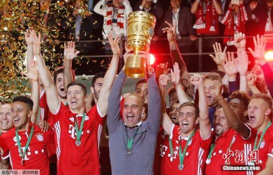 资料图:拜仁通过点球大战4-3击败劲敌多特蒙德,成为德国杯冠军,他们也成为本赛季德甲和德国杯的双冠王。
