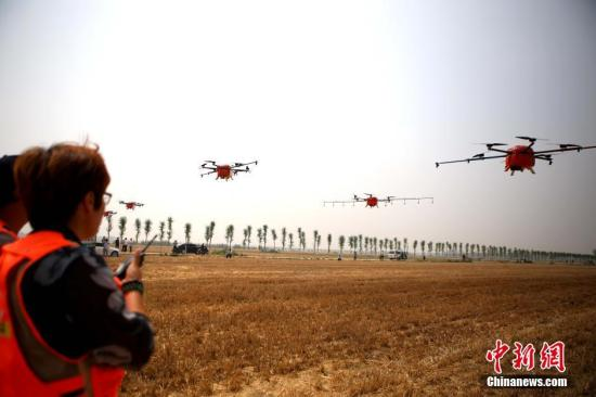 资料图:植保无人机进行喷洒秸秆腐熟剂。<a target='_blank' href='http://www.chinanews.com/'>中新社</a>记者 王中举 摄