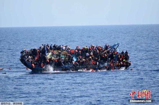 非洲西部海域一艘难民船遇险 致50余人不幸丧生