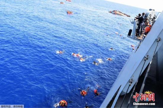 当地时间5月25日,利比亚近海海域,一艘满载难民的船只即将倾覆,船上的难民纷纷跳海逃生。