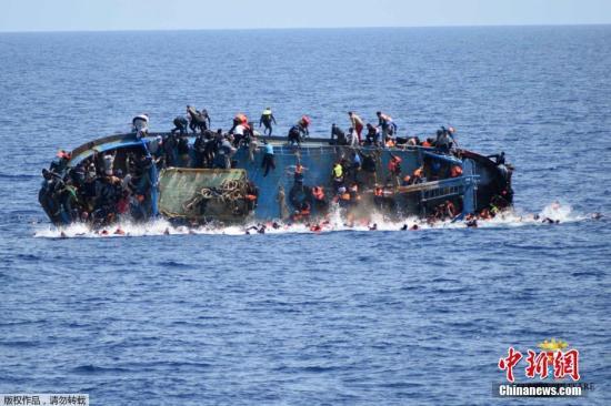 利比亚近海海域,一艘满载难民的船只即将倾覆,船上的难民纷纷跳海逃生。