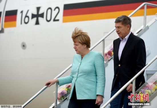 当地时间5月25日,德国总理默克尔启程赴日本参加七国集团(G7)峰会,同行的一位名叫约阿希姆・绍尔(Joachim Sauer)的男士吸引了德国媒体的目光。约阿希姆・绍尔不是别人,正是这位德国女总理的丈夫。这是默克尔自2005年底上台以来,近十年间首度在正式对别国进行访问时有丈夫陪同。