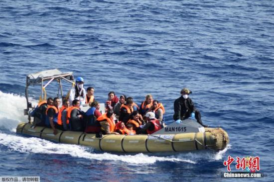 当地时间5月25日,利比亚近海海域,一艘满载难民的船只即将倾覆,船上的难民纷纷跳海逃生。意大利海军方面透露,至少7名难民因超载偷渡船侧翻溺毙。海军称,目前已经有至少有500名难民获救,随着救援行动的进行,死亡人数可能会进一步上升。