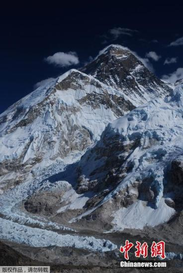资料图:攀登世界第一高峰珠穆朗玛峰一直是勇敢者的挑战。