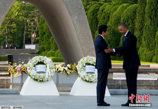 当地时间5月27日,美国总统奥巴马乘直升机抵达日本广岛和平纪念公园附近,展开对和平纪念公园的访问并献上花环。