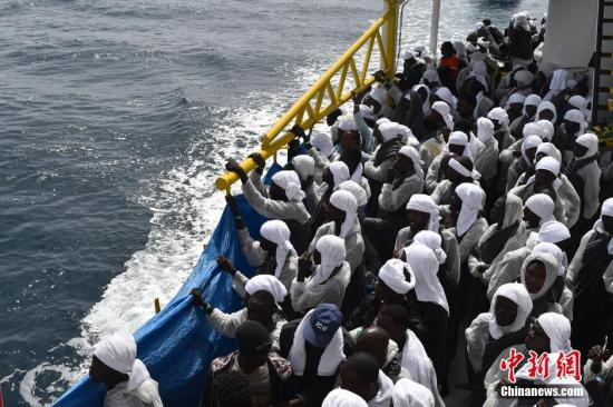 外媒:49名移民受困马耳他外海 有人拒绝进食