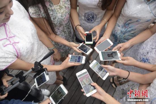 资料图:手机作为直播的工具及网络基础设施的快速发展,大大降低了网络直播的门槛,形成了全民直播的时代。杨华峰 摄