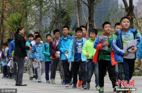 """资料图:参加""""小升初""""考试的孩子们。 图片来源:视觉中国"""