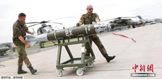 当地时间5月30日,2016年德国柏林国际航空航天展览会即将于柏林南部的舍内费尔德举行,多款新型武器纷纷抵达现场准备参加航展开幕式。图为德国士兵正在搬运GBU54精确制导炸弹。