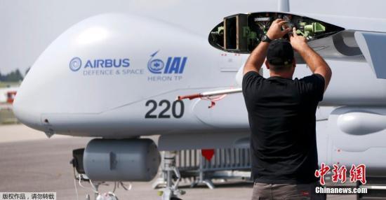 """2016年德国柏林国际航空航天展览会。工作人员正在对空客生产的""""苍鹭""""无人机进行调整。"""