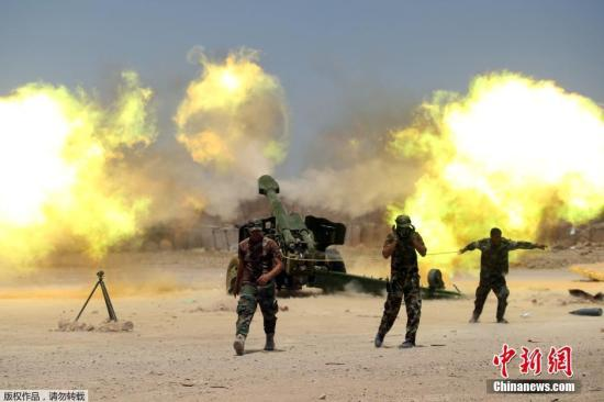 """当地时间5月30日,伊拉克军队开始进入被""""伊斯兰国""""控制的重镇费卢杰。据伊拉克反恐部队的发言人萨巴赫·诺曼表示,当日凌晨,伊军展开了攻入费卢杰的行动,军队分三个方向,进入这座城市。图为伊拉克军队进行猛烈炮击。"""