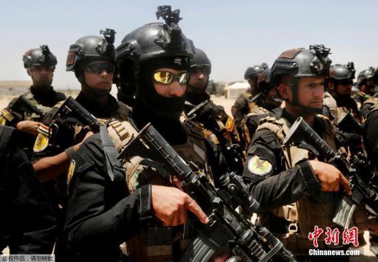 """当地时间5月30日,伊拉克军队开始进入被""""伊斯兰国""""控制的重镇费卢杰。据伊拉克反恐部队的发言人萨巴赫・诺曼表示,当日凌晨,伊军展开了攻入费卢杰的行动,军队分三个方向,进入这座城市。图为伊拉克反恐部队29日在费卢杰附近集结待命。"""