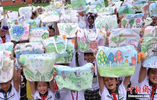 资料图:小学生手绘环保袋 呼吁市民环保出行。 陈超 摄