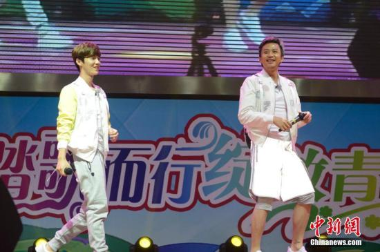 """资料图:""""跑男团""""成员鹿晗、邓超。 中新社记者 刘文华 摄"""