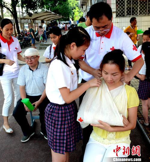"""6月1日,""""六一""""国际儿童节,由福州市红十字会主办的生命安全教育进校园活动在福州市晋安区教师进修学校附属小学开展。 刘可耕 摄"""