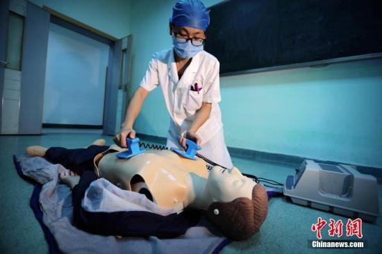 资料图:医学院学生毕业前进行临床技能考核。裴蕾 摄