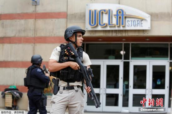 当地时间6月1日,美国加州大学洛杉矶分校发生校园枪击事件,两人死亡,死者均为男性成年人。洛杉矶警察局局长贝克证实,这次枪击案为谋杀-自杀案,校园已不再受到威胁。图为持枪警察在UCLA门口执勤。