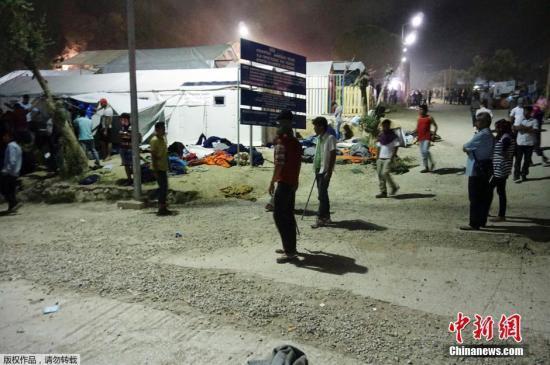 当地时间6月2日,位于希腊莱斯博斯岛的摩瑞亚移民羁留营发生冲突,十余名移民受伤,约30个帐篷被烧毁。
