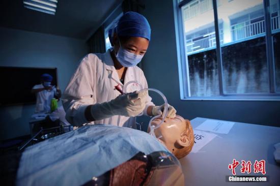 资料图:医学院生毕业前开展临床技能考核。裴蕾 摄