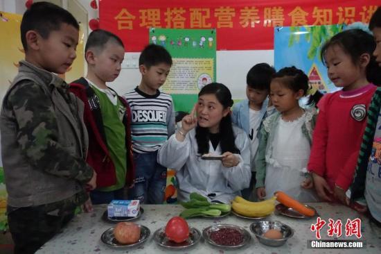 营养师给幼儿园小朋友们讲解膳食营养搭配。<a target='_blank' href='http://www.chinanews.com/'>中新社</a>记者 张娅子摄