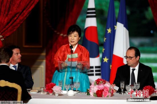 当地时间2016年6月3日,法国巴黎,法国总统奥朗德在爱丽舍宫举行的国宴招待来访的韩国总统朴槿惠,朴槿惠身穿传统韩服出席。