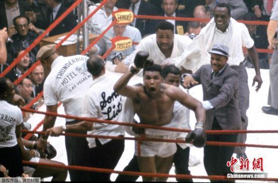 1964年,22岁的阿里,终于赢得了与索尼・利斯顿争夺重量级拳王称号的机会。而这也将是他参加的第一场拳王争霸赛。1964年2月25号,阿里在迈阿密轻取利斯顿,成为新一代拳王,从此,职业拳击进入了阿里时代。