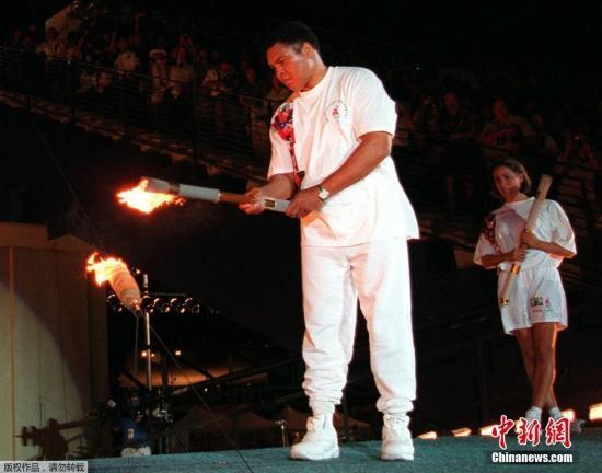 1996年亚特兰大奥运会,身患帕金森而不断颤抖的阿里点燃了主火炬,以这种方式重回奥运赛场。