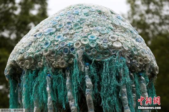 当地时间2016年6月3日,美国华盛顿,华盛顿州史密森尼国家动物园(Smithsonian National Zoo)内举行海洋垃圾制作的艺术品。