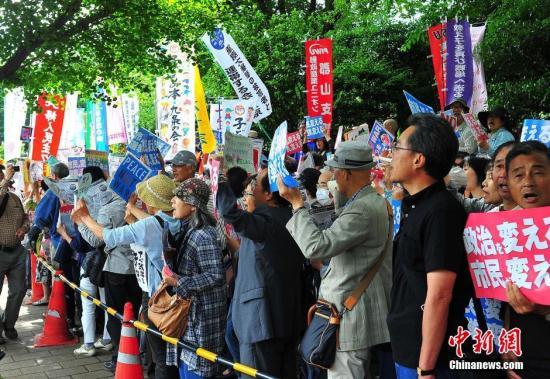 资料图:日本民众集会反对修宪。中新社记者 王健 摄