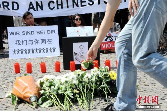 资料图:德国首都柏林约200名华人自发在柏林标志性建筑勃兰登堡门前举行集会,沉痛悼念不幸遇害的中国籍留学生李洋洁。一些德国友好人士也参加了此次悼念活动。 彭大伟 摄