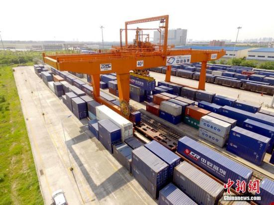资料图:中国铁路正式启用中欧班列统一品牌,统一品牌中欧班列当日分别从成都、重庆、郑州、武汉、长沙、苏州、东莞、义乌等八地始发。