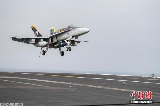 """材料图:美国水师第六舰队多架战机从美军安排在地中海的""""哈里·杜鲁门""""号航空母舰腾飞,返回叙利亚和伊拉克,参加冲击极其安排装备的军事步履。这是近两年来美军初次以地中海为据点,从西翼向该极其安排动员守势。图为美军F/A18E战机从航母上腾飞。"""