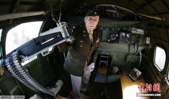 """材料图片:2016年6月6日,好国西俗图,留念诺曼底登岸日的到去,两战期间的一架名""""Aluminum Overcast""""的B-17""""飞翔碉堡""""轰炸机拆载两战老兵再次降空。"""