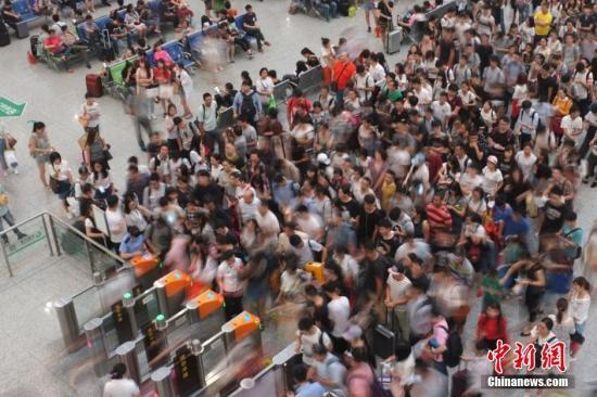 资料图:民众再高铁站检票上车。。 中新社记者 泱波 摄