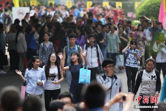 资料图:高考考生走出考场。中新社记者 泱波 摄