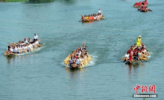 资料图:2016年6月9日,当天是农历五月初五,中国传统节日端午节,鄱阳湖流域端午赛龙舟之风自古兴盛,数百年来已在各地形成独特的民俗文化。刘占昆 摄