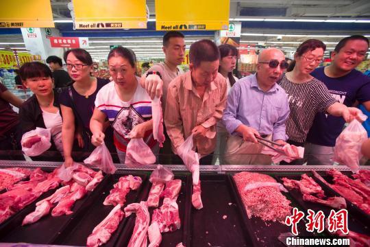 资料图:民众在超市选购猪肉。张云 摄