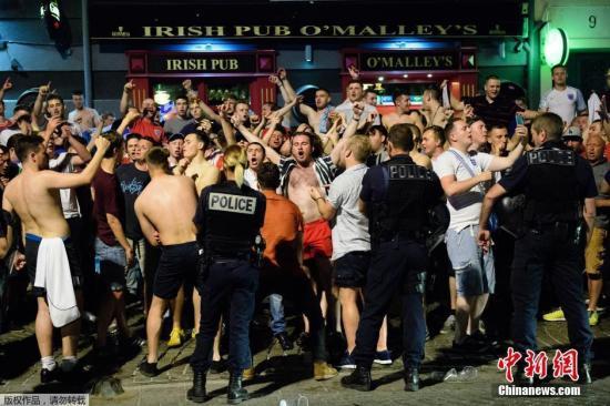 当地时间6月9日晚,数十名醉酒的英格兰球迷在马赛与当地青年发生冲突并引发骚乱。法国警方使用了包括催泪瓦斯、警棍在内的警械平息了事态。