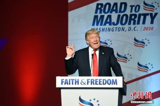 """美国总统大选共和党""""假定提名人""""唐纳德·特朗普本地时刻6月10日在华盛顿列席美国崇奉与自在同盟年度大会并揭晓发言,争夺福音派选民的支援。他责备民主党""""假定提名人""""希拉里·克林顿早已被金主收购,只要他才是为美国公民效劳的竞选人。图为特朗普。中新社记者 张蔚然 摄"""