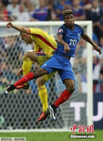 """当地时间6月10日,2016年第15届欧洲杯足球赛正式开幕。揭幕战由东道主法国队对战罗马尼亚队。法国队凭借""""奇兵""""帕耶的终场前的世界波,2-1险胜罗马尼亚,获得开门红。图为法国前锋金斯利·科曼门前拼抢。"""