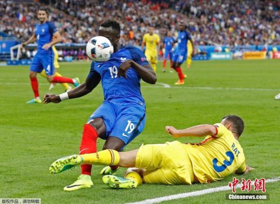 """當地時間6月10日,2016年第15屆歐洲杯足球賽正式開幕。揭幕戰由東道主法國隊對戰羅馬尼亞隊。法國隊憑借""""奇兵""""帕耶的終場前的世界波,2-1險勝羅馬尼亞,獲得開門紅。圖為法國隊球員巴卡里·薩尼亞與羅馬尼亞隊隊員爭球。"""
