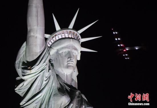 """世界最大太阳能飞机""""阳光动力2号""""飞跃自由女神像。"""
