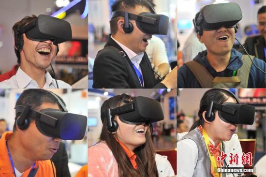 资料图片:VR(虚拟现实)技术以假乱真的感官体验让体验者忘记身处虚拟中。